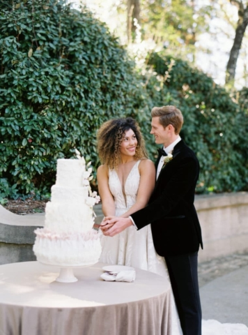 Cutting the cake outdoors at Swan House Wedding, Atlanta History Center. Flowers by The Perfect Posey. Sarah Sunstrom Photography