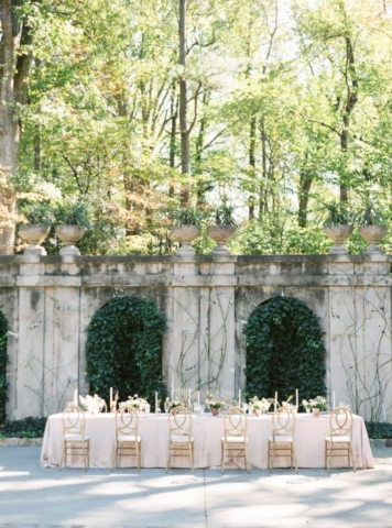 Outdoor Bridal Party Table at Swan House Wedding at Atlanta History Center. Flowers by The Perfect Posey. Sarah Sunstrom Photography
